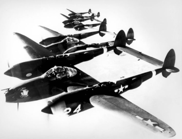 4_Lockheed_P-38_Lightnings_in_formation