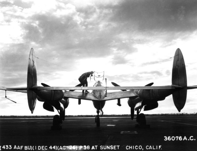 Lockheed_P-38_Lightning_at_sunset
